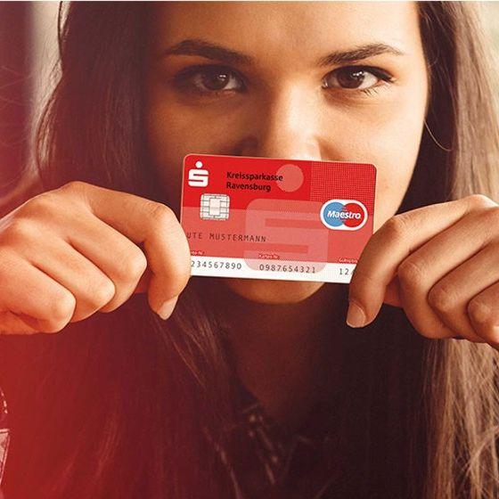 Frau mit Sparkassen-Card (Debitkarte)